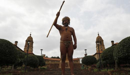 King Khoisan South Africa posa para una fotografía en los Union Buildings en Pretoria.